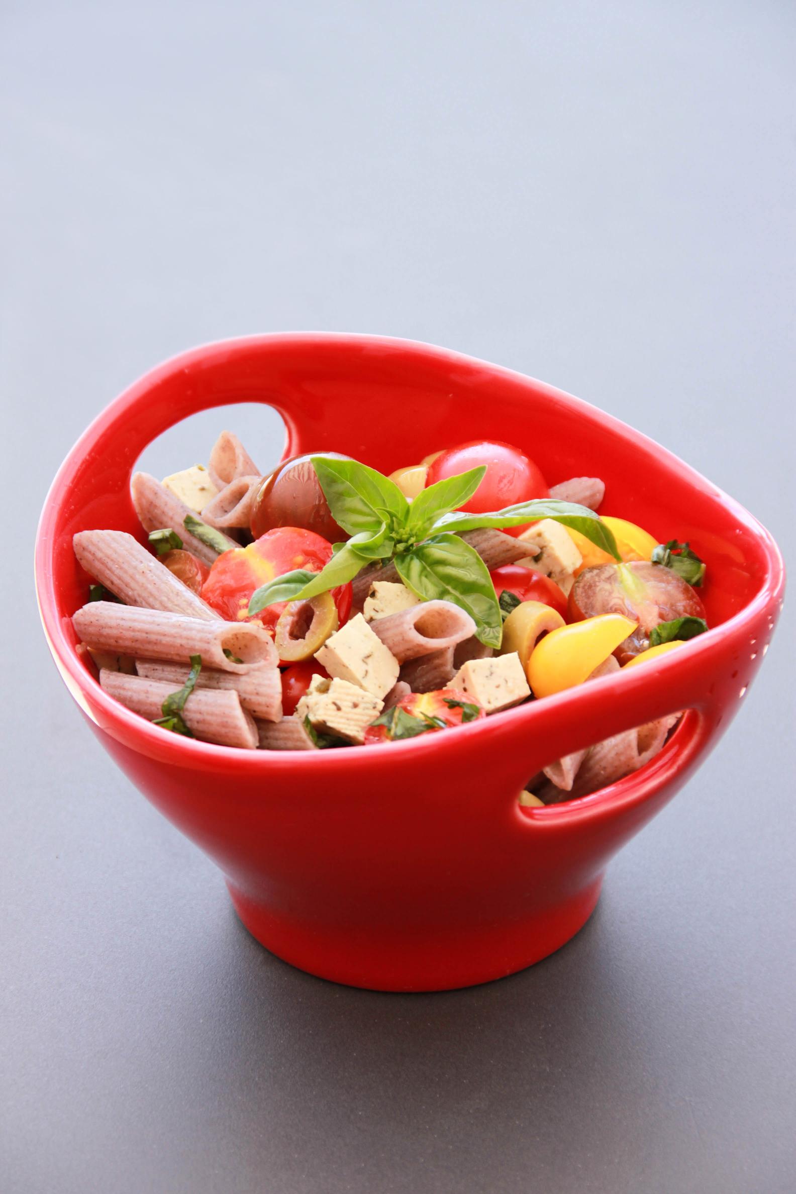 Salade de pâtes au sarrasin, basilic, tomates cerise, tomates poires et tofu aux herbes