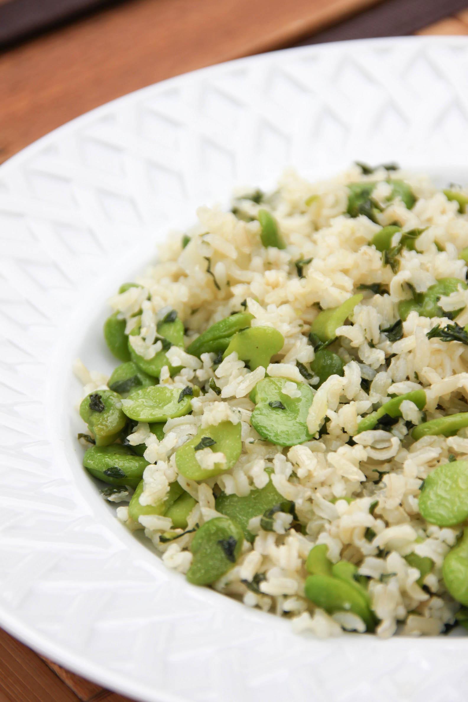 Riz complet aux fèves, ail et basilic frais