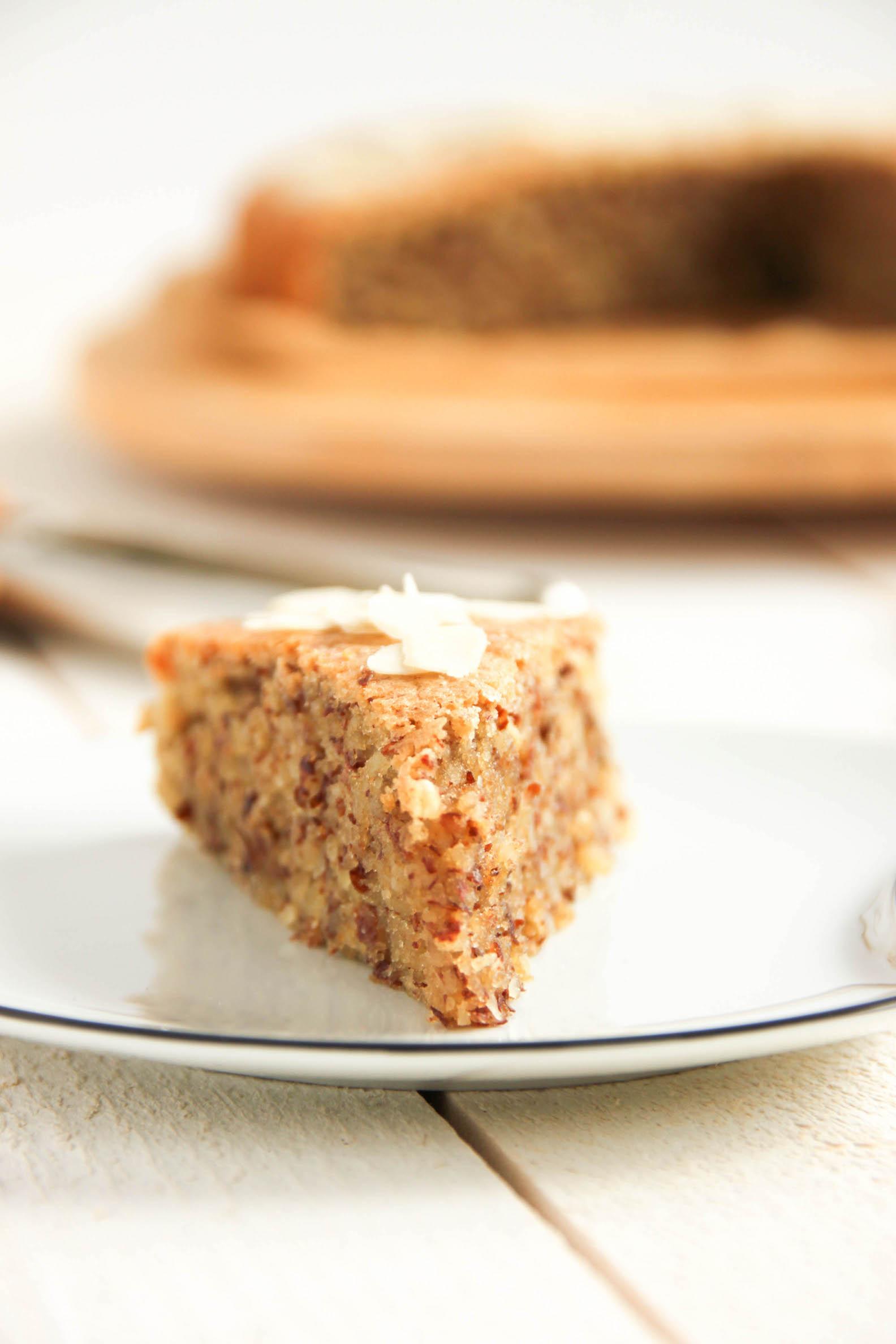 Part de gâteau à l'amande croquant et moelleux sans gluten